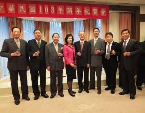 東京華僑總會會長李維祥(左2)與多位僑領參加駐日代表處新年祝賀會