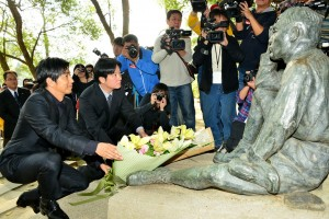 台南市長賴清德(左2)與大澤隆夫(左1)一同獻花給八田與一技師(照片提供:台南市政府)