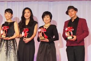 左起為,40歲世代部門獲獎人鈴木保奈美、50歲世代的淺野溫子、60歲世代的竹下景子及男星部門獲獎人市原隼人