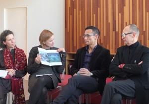 策展人之一的Eva Kraus(左2)在座談會上,向袁廣鳴(右2)詢問作品「城市失格」的概念