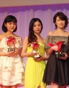 左起為,10歲世代部門獲獎人川口春奈、20歲世代的吉高由里子和30歲世代部門的獲獎人吉瀨美智子