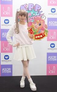 卡莉怪妞拿著「一馬當先」的春聯,向台灣歌迷拜年