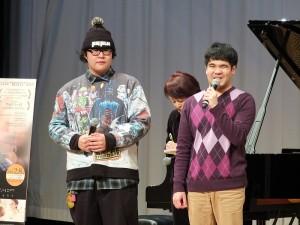 黃裕翔和在片中飾演室友的閃亮─謝侃均(左)現身台上,和現場影迷打招呼