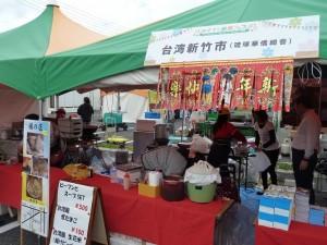 會場中由琉球華僑總會設攤,販售新竹米粉和貢丸等小吃,推銷台灣美食