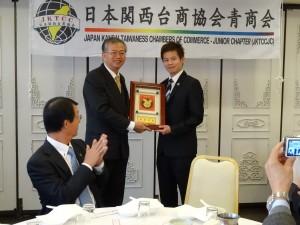 蔡處長代越南台灣商會聯合總會青商會長吳國本贈賀禮