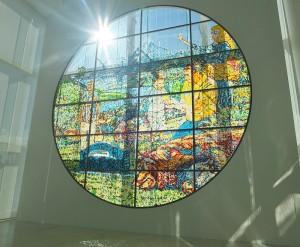 澳洲藝術家Kasper Kovitz的作品「聖地」用了約12萬顆糖果製作成大幅畫像,隨著日照的溫度,糖果融化後,讓畫像隨之改變