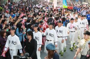 電影《KANO》在嘉義市內舉辦封街遊行活動,重現當時嘉農棒球隊返台後的盛況(照片提供:嘉義市政府)