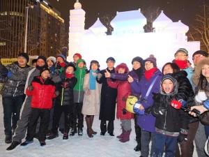 在會場遇上大批來自台灣的觀光客,和駐日代表伉儷合影