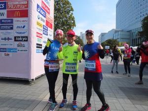 台灣跑者把國旗裝穿上身,為了隔天的東京馬拉松,特別參加今天的活動進行暖身
