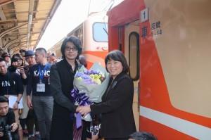 嘉義市市長黃敏惠(右)特地到月台前,贈花給首度訪問嘉義的日星永瀨正敏
