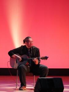 吉他好手吳季儒和玩聲樂團合作演出