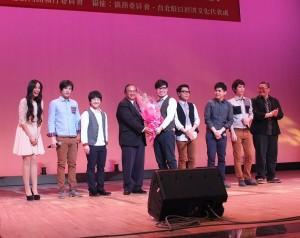 台商會名譽會長李懋鑌(左4)代表僑界贈送花束給演出者