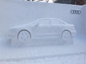 另有汽車業者推出車子造型的雪像,也吸引不少民眾合影
