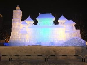 夜間搭配燈光效果,讓冰雕作品看起來更加雄偉