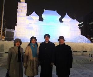 駐日代表沈斯淳伉儷(右2、3)在駐札幌辦事處處長陳桎宏伉儷(右1、左1)的陪同下,在開幕前一天到會場參觀