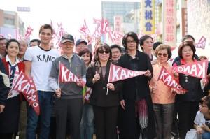日星永瀨正敏和《KANO》導演馬志翔、監製魏德聖等人一同南下到嘉義參加封街遊行和電影首映會(照片提供:嘉義市政府)