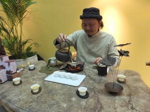 熟知茶文化的「奉茶」老闆葉東泰在會場示範台灣泡茶的文化