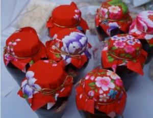 客家紅麴豆腐乳的包裝上,也用上代表客家文化的桐花花布