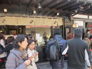 梅ヶ枝餅を買い食いする観光客