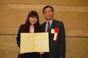 教育組副組長林世英(右)與來自台灣的研習生劉怡婷合影