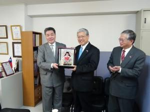 張會長贈陳委員長京都傳統娃娃