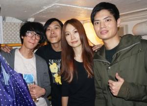 熊寶貝樂團のメンバー. ボーカル&ギターのクッキー(右2)、ギターのウェイ・チュン(左2)、ダウェイ(左)、ドラムのチェン・ハン(右)
