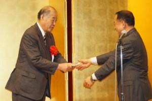 大江会長夫妻より玉澤名誉会長に記念品と花束が贈られた