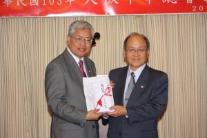 大阪中華総会から陳委員長への記念品贈呈
