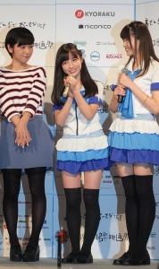 因為擁有「天使面孔」,近來頗受日本媒體關注的橋本環奈(中)出席沖繩電影節記者會,她將和所屬團體於活動期間到沖繩演出