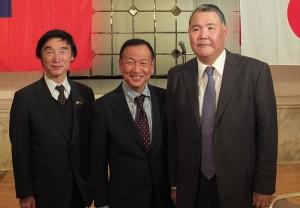 左起為,日本華商總會理事張建國、亞東親善協會會長大江康弘和駐日代表處僑務組副參事王東生合影
