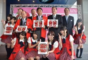 福岡縣知事小川洋(第2排左3)、新竹市長許明財(第2排右2)和LinQ一同促銷甘王草莓(照片提供:新竹市政府)