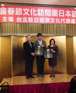 日本中華聯合總會會長毛友次(左)贈送紀念品給訪問團一行人