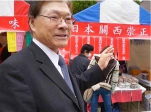 日本關西崇正會會長陳荊芳解說攤位擺設多種客家美食