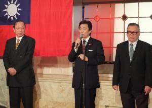 最後由日本華商總會副理事(左起為)薛永台、豬恭亮和林三統等人上台致詞感謝與會賓客