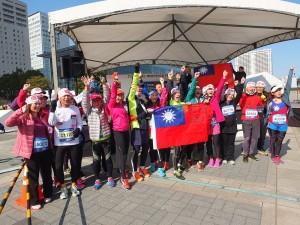 台灣跑者齊聚在舞台前大喊台灣加油