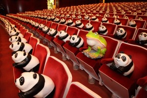 國家戲劇院出現諸羅樹蛙和1500隻紙貓熊排排坐的趣味景象(照片提供:台北市政府)