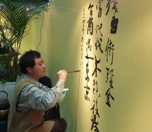 意象書畫家陳世憲隨意在會場表演書法