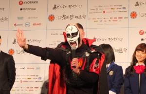 日本動畫插圖畫家鐵拳特別在頭上寫上「沖」字,表示支持沖繩國際電影節,而他的漫畫作品《鐘擺人生》真人版電影將在活動期間上映