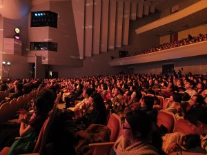現場民眾仔細聆聽歌曲,讓民眾回憶起家鄉台灣的美好