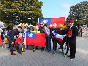 駐日代表處教育組副組長林世英(右1)和秘書王鴻鳴及留學生代表,特別帶著國旗到會場替台灣跑者加油,也和其他國家跑者互相交流