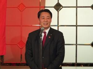 民主黨代表海江田萬里到場致意,並鼓勵大家支持6月將舉行的故宮文物展