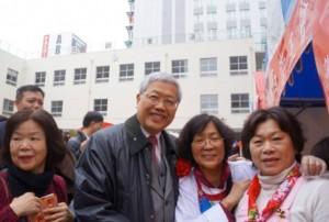 僑委會委員長陳士魁(左2)特別到攤位前和大家合影
