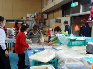 志工忙着準備水餃