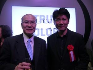 藝術家劉肇興教授(右1)與台北駐日經濟文化代表處台北文化中心長朱文清合影