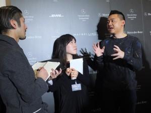 秀後古又文(右)接受日本媒體採訪,暢談他的時裝設計