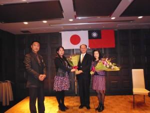 橫濱市議員高橋德美(右3)向駐處處長粘信士夫婦獻花