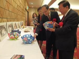 新竹縣長邱鏡淳(前1)向駐日代表沈斯淳伉儷(2、3)介紹新竹義民祭的彩繪豬