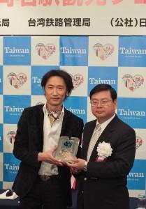 日本傳統音樂家東儀秀樹(左)獲觀光局邀請,擔任台灣觀光親善大使(右為台灣觀光局副局長張錫聰)