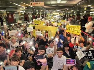 超過千人參與19日晚間在高捷美麗島站舉行的「反服貿,照亮美麗島」靜坐抗議活動,聲援呼應在立法院反服貿的學生(照片提供:中央社)