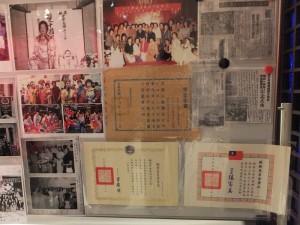 會場擺設橫濱自由華僑婦女協會的獎狀和照片展示
